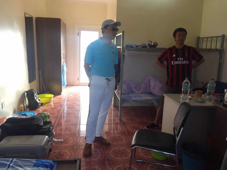 中路w88优德网站董事长奚敏杰查看援萨摩亚项目职工生活情况